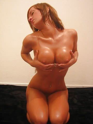 1690-Oiled-nude-body-posing-for-amateur-photo-shoot.jpg