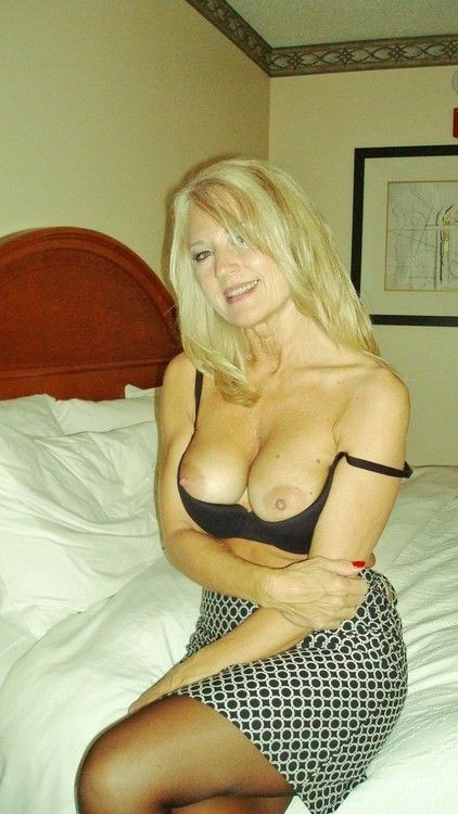 Good-looking-lady-shows-her-nice-tits.jpg