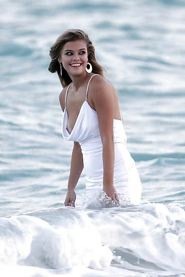 Nina-Agdal-on-the-beach-in-Miami_02.jpg