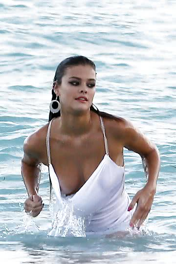 Nina-Agdal-on-the-beach-in-Miami_05_1.jpg