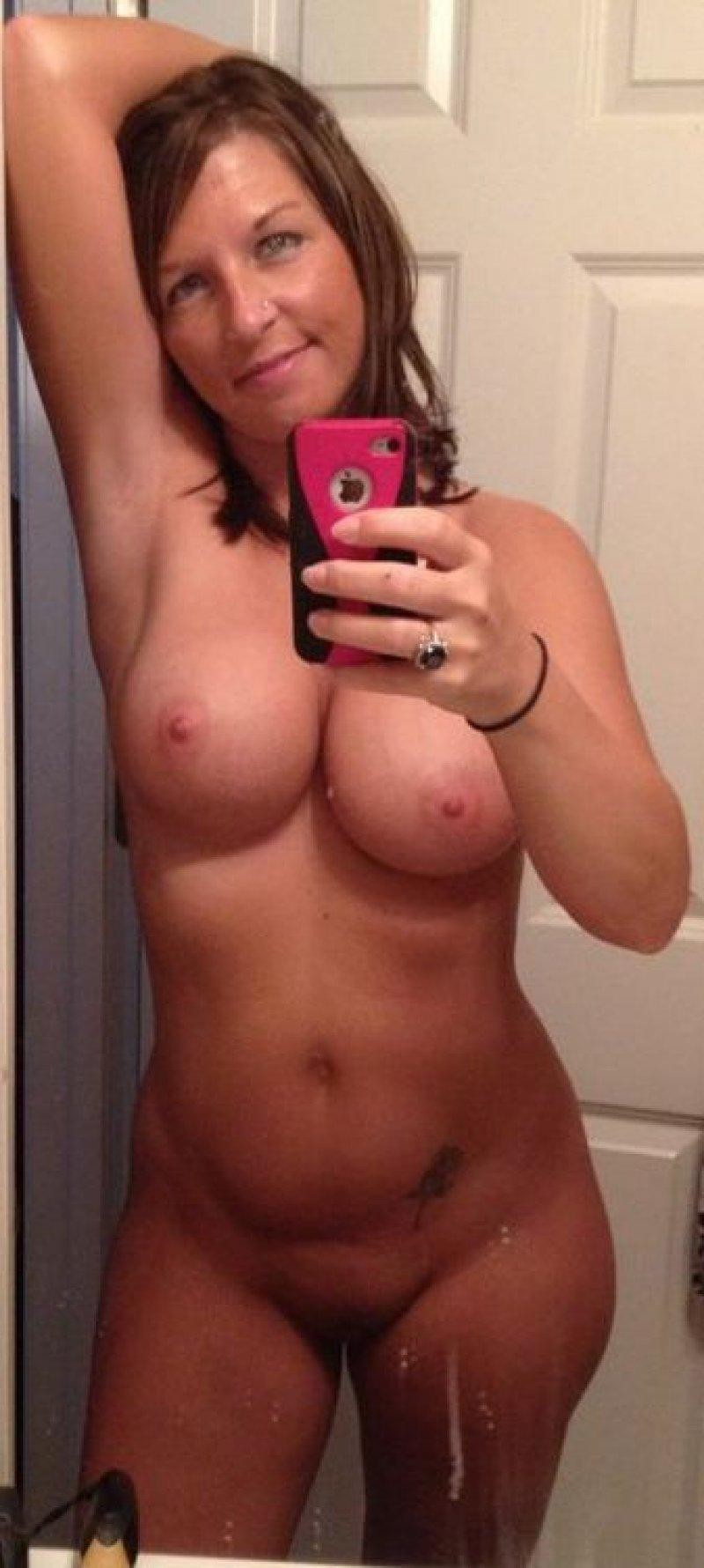 Cougar snaps off selfie while flashing her nude body